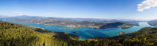 Autumn Panorama View From Observations-Turm Pyramidenkogel zum See Woerth Stockbilder