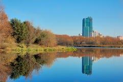 Autumn Park na cidade Moscovo, Rússia Imagens de Stock