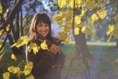 Autumn Portrait de la mujer hermosa en vestido, al aire libre imágenes de archivo libres de regalías