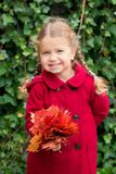 Autumn Portrait Le den hållande buketten för barn av höstsidor Arkivbilder