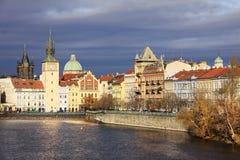 Autumn Prague Old Town über Fluss die Moldau, Tschechische Republik Stockfotografie