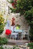 Autumn Provence: patio acogedor en el pueblo Fotografía de archivo