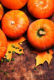Autumn Pumpkin Background - abóboras alaranjadas sobre a tabela de madeira T Imagens de Stock Royalty Free
