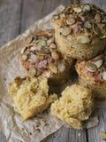 Autumn Pumpkin Muffins casalingo con formaggio, paprica e sale marino pronti da mangiare su fondo di legno Spazio della copia, fi immagine stock libera da diritti