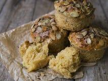 Autumn Pumpkin Muffins caseiro com queijo, paprika e sal do mar pronto para comer no fundo de madeira Espaço da cópia, fim acima, imagens de stock royalty free