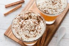 Autumn Pumpkin Spice Latte com leite e creme Fotos de Stock