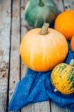 Autumn Pumpkin Thanksgiving Background - abóboras alaranjadas sobre o wo imagem de stock royalty free