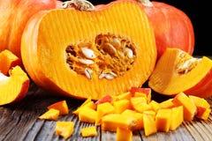 Autumn Pumpkin Thanksgiving Background - calabazas anaranjadas sobre el ru Imágenes de archivo libres de regalías
