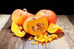 Autumn Pumpkin Thanksgiving Background - calabazas anaranjadas sobre el ru Foto de archivo
