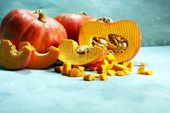 Autumn Pumpkin Thanksgiving Background - calabazas anaranjadas sobre el ru Imagenes de archivo