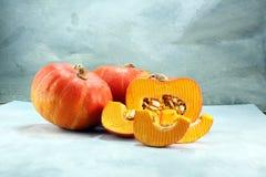 Autumn Pumpkin Thanksgiving Background - calabazas anaranjadas sobre el ru Imagen de archivo