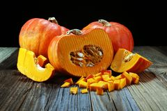 Autumn Pumpkin Thanksgiving Background - calabazas anaranjadas sobre el ru Fotos de archivo