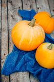 Autumn Pumpkin Thanksgiving Background - zucche arancio sopra il wo immagini stock libere da diritti