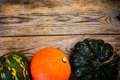 Autumn Pumpkins de diversos colores para el día de la acción de gracias en viejo Foto de archivo