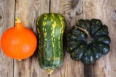 Autumn Pumpkins de diversos colores para el día de la acción de gracias en viejo Fotos de archivo libres de regalías