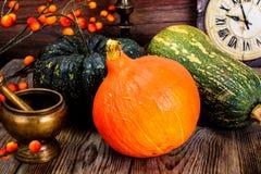 Autumn Pumpkins de diversos colores para el día de la acción de gracias en viejo Imágenes de archivo libres de regalías