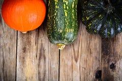 Autumn Pumpkins de diversos colores para el día de la acción de gracias en viejo Fotos de archivo