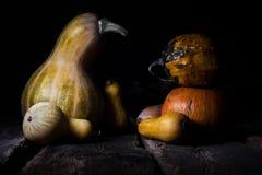 Autumn Pumpkins On uma superfície de madeira rústica fotos de stock