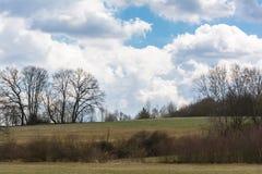 Autumn Quiet Peaceful kopplade av dramatiska moln för landskapet som blått skidar Royaltyfri Bild