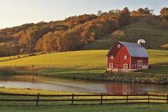 Autumn Reflection der Scheune stockfotos