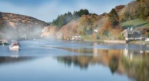 Autumn Reflections in de mist, Lerryn, Cornwall stock foto's