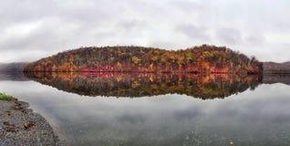 Autumn Reflections lungo un lago fotografia stock