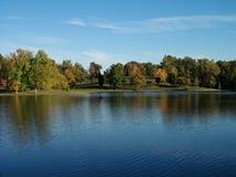 Autumn Reflections på den Vastwood delstatsparken arkivfoton