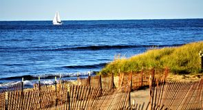 Autumn Sailing pela praia Winterized do Lago Michigan foto de stock