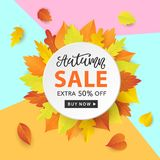 Autumn Sale Fashionable Banner Template con la caduta variopinta va su fondo blu d'avanguardia luminoso Immagini Stock