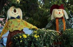 Autumn Scarecrows i trädgården Arkivfoto