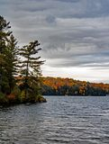Autumn Scene On Lake Rosseau foto de archivo