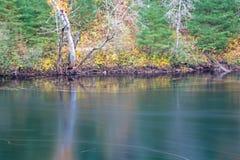 Autumn Scene On York River in Egan transportiert provinziellen Park auf einer Rutschbahn lizenzfreies stockbild