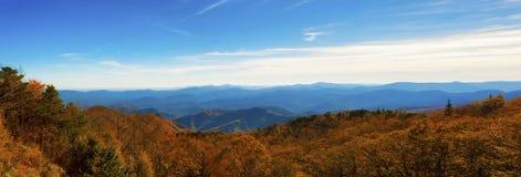 Autumn Scenic Drive langs Blauw Ridge Parkway in het Noorden Caroli stock foto
