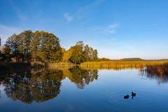 Autumn See in der untergehenden Sonne Stockbild