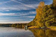 Autumn See in der untergehenden Sonne Lizenzfreie Stockfotos