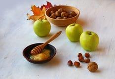 Autumn Still Life con la miel, las manzanas y las nueces Fotos de archivo