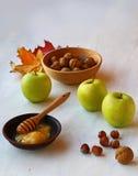 Autumn Still Life con la miel, las manzanas y las nueces Imagenes de archivo