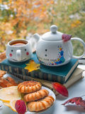 Autumn Still Life dichtbij het open venster Stock Afbeelding