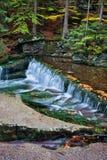 Autumn Stream tranquilo com cachoeira fotografia de stock royalty free