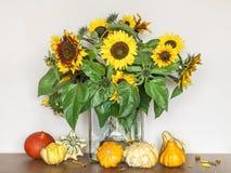 Autumn Sunflowers en un florero de cristal imagenes de archivo