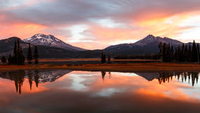 Autumn Sunrise Reflection bij Vonkenmeer, Oregon stock fotografie