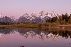 Autumn Sunrise Reflection i Tetonsen Royaltyfri Foto