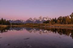 Autumn Sunrise Reflection Landscape i Tetonsen Royaltyfria Foton