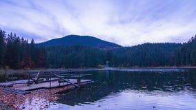 Autumn Sunset en el lago mountain con los árboles coloridos en el bosque almacen de metraje de vídeo