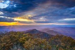 Autumn Sunset i blåa Ridge Mountains Royaltyfria Bilder