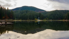 Autumn Sunset no lago mountain com as árvores coloridas na floresta vídeos de arquivo
