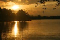 Autumn Sunset Over Lake Wausau con la riflessione di Sun Immagini Stock