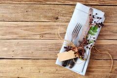 Autumn Table decorativo con los cubiertos y la servilleta foto de archivo libre de regalías