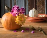 Autumn Table Setting med pumpahöjdpunkt Arkivfoton