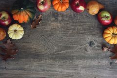 Autumn Thanksgiving Harvest Background med äpplen, pumpor, päron, sidor, ekollonsquash och muttergränsen över trä, skott direkt Fotografering för Bildbyråer